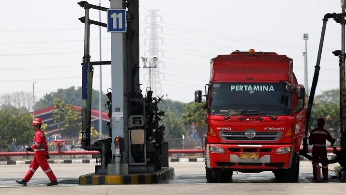 BUMN energi nasional PT Pertamina diproyeksi membukukan arus kas negatif pada tahun ini karena dua kebijakan pemerintah