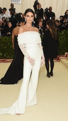 Viral, Muka Jutek Kendall Jenner Usir Asisten di Karpet Merah