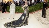 Aktris 'Game of Thrones', Emilia Clarke mengenakan gaun renda hitam Dolce & Gabbana dengan intrik embroideri emas dan motif cherub. Ia menyempurnakan tampilan dengan gaya rambut sisir ke belakang berhiaskan mahkota. (REUTERS/Eduardo Munoz)