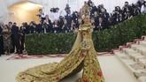 Juga menjadi yang paling ditunggu di Met Gala, Sarah Jessica Parker tahun ini mengenakan gaun brokat emas dengan detil hati merah rancangan Dolce & Gabbana. Penampilannya lagi-lagi mengesankan. (REUTERS/Eduardo Munoz)