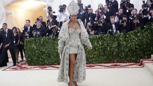 Percayakan pada Rihanna soal karpet merah Met Gala. Dipercaya sebagai co-chair Met Gala tahun ini, ia mengenakan gaun berhiaskan kristal dan mutiara Maison Margiela Artisanal, rancangan John Galliano. (REUTERS/Eduardo Munoz)