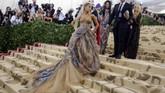 Ariana Grande membuat statement besar lewat gaun strapless Vera Wang. Yang menarik adalah motif pada busana yang merupakan lukisan karya Michelangelo, 'Last Judgment'. (REUTERS/Eduardo Munoz)