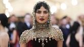 Gaya Priyanka Chopra di Met Gala 2018 terlihat seperti seorang tentara Perang Salib lengkap dengan tudung kepala besi dalam 'baju zirah' Ralph Lauren Collection dari beludru. (REUTERS/Carlo Allegri)