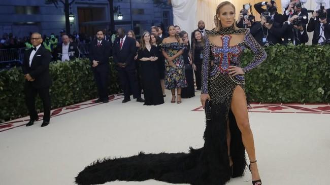 Jennifer Lopez menjadi salah satu yang paling ditunggu dalam gelaran perayaan Met Gala, tak terkecuali tahun ini. Hadir di pembukaan pameran dan penggalangan dana untuk Costume Institute, Metropolitan Museum of Arts New York, ia memukau dalam balutan gaun Balmain. (REUTERS/Eduardo Munoz)