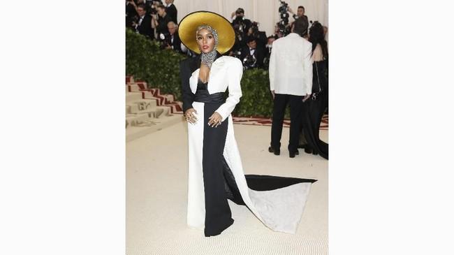 Janelle Monae bekerja sama dengan Marc Jacobs menampilkan gaun dengan dominasi hitam-putih, jubah dan jaket shoulder-pad. Ia melengkapi tampilannya dengan hiasan kepala dan scarf perak yang mencolok. (REUTERS/Carlo Allegri)