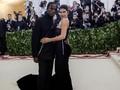 Kylie Jenner sampai Bradley Cooper Pamer Pasangan di Met Gala
