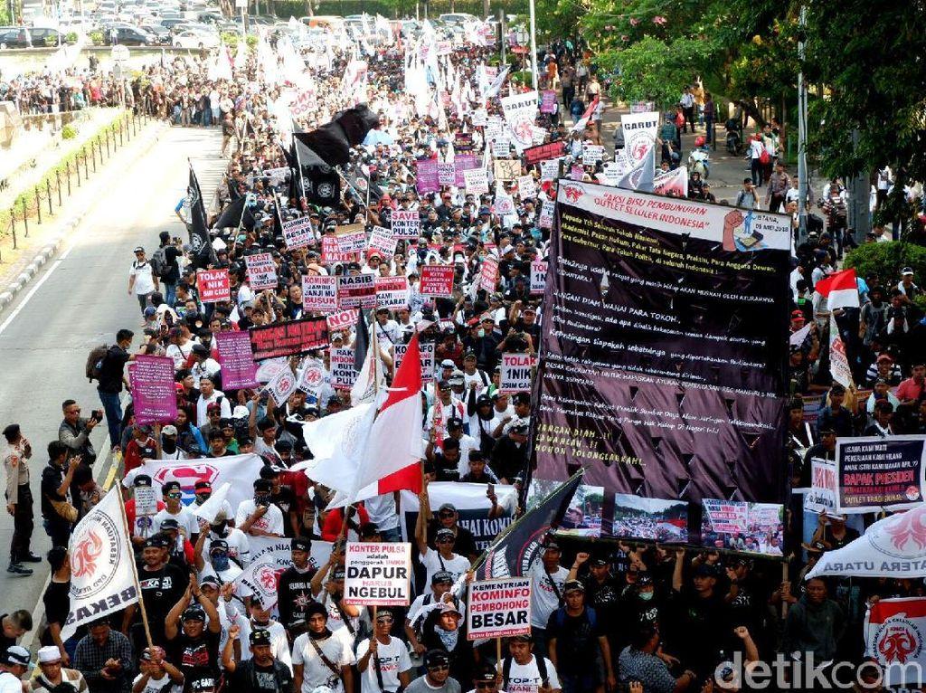 Para pedagang SIM card long march dari Patung Kuda menuju Istana Negara.