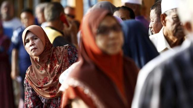 Antusiasme rakyat Malaysia tampak di sejumlah tempat, di mana antrean pemilih telah terjadi bahkan sebelum tempat pemungutan suara (TPS) dibuka. (REUTERS/Lai Seng Sin)