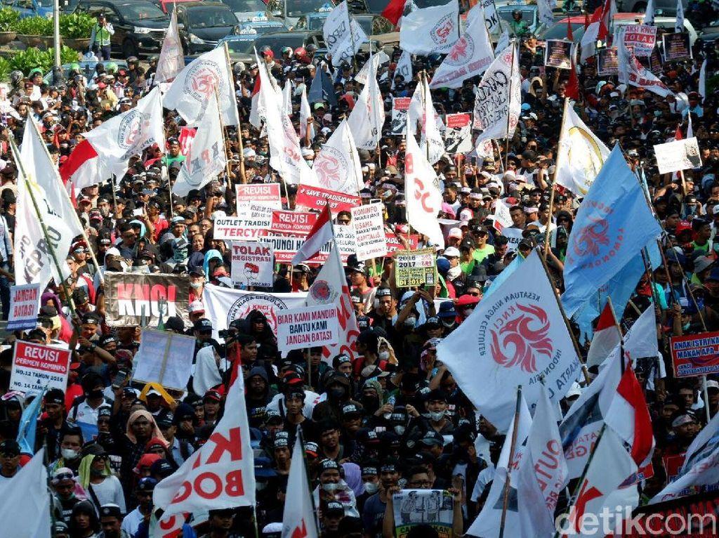 Massa aksi ini tergabung dalam Kesatuan Niaga Celuller Indonesia (KNCI).