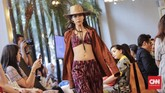 Untuk kali pertamanya, Didiet juga mengeluarkan koleksi pakaian renang, di antaranya model two-piece dan one-piece dengan motif tenun. Menurutnya, bahan yang digunakan tetaplah bahan utama baju renang, dengan di bagian luarnya menggunakan motif tenun. (CNNIndonesia/Adhi Wicaksono)