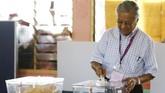 Mahathir Mohamad, mantan Perdana Menteri sekaligus kandidat PM dari koalisi oposisi Pakatan Harapan memberikan suara dalam pemilu Malaysia di Alor Setar, Malaysia, Rabu (9/5). (REUTERS/Lai Seng Sin)