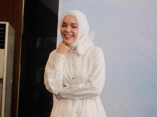 Dewi Sandra Pilih Gaya Less Is More untuk Ramadan