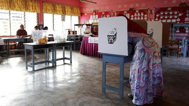 Total 8.253 bilik suara akan dibuka pada pukul 8 pagi (pukul 7 WIB) dan ditutup pada pukul 17. (REUTERS/Lai Seng Sin)