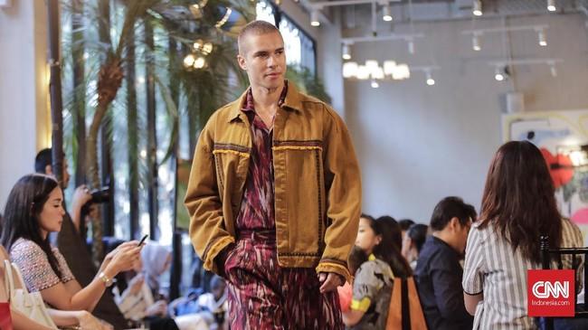 Mengingat koleksi ini ditujukan untuk generasi milenial, Ikat Indonesia juga mengenalkan jaket yang bisa dipadupadan dengan potongan busana tenun ikat. (Jakarta, 8 Mei 2018. CNNIndonesia/Adhi Wicaksono.)