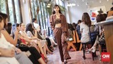 Di tahun ketujuhnya, desainer Didiet Maulana lewat labelnya Ikat Indonesia berupaya keluar dari zona nyaman. Bekerjasama dengan situs belanja online JD.ID, ia mengeluarkan koleksi busana Mentari 2018 bertajuk 'Surya' yang didominasi warna cerah. (CNNIndonesia/Adhi Wicaksono.)