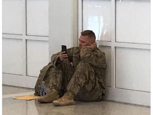 Viral Video Tentara yang Duduk di Lantai Sambil Nangis Melihat Ponsel