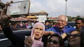 Para pendukung Perdana Menteri Najib Razak berswafoto seusai memberikan suara di tempat pemungutan suara (TPS) dalam pemilu di Pekan, Pahang, Malaysia, Rabu (9/5). (REUTERS/Athit Perawongmetha)