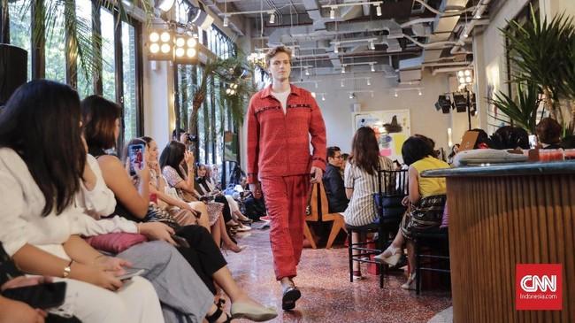 Untuk setiap model busana wanita yang dihadirkan, label yang melekat dengan tenun sebagai bahan utamanya ini juga menghadirkan busana untuk pria, di antaranya seperti jaket dan celana warna senada dengan aksen di bagian tertentu. (CNNIndonesia/Adhi Wicaksono)