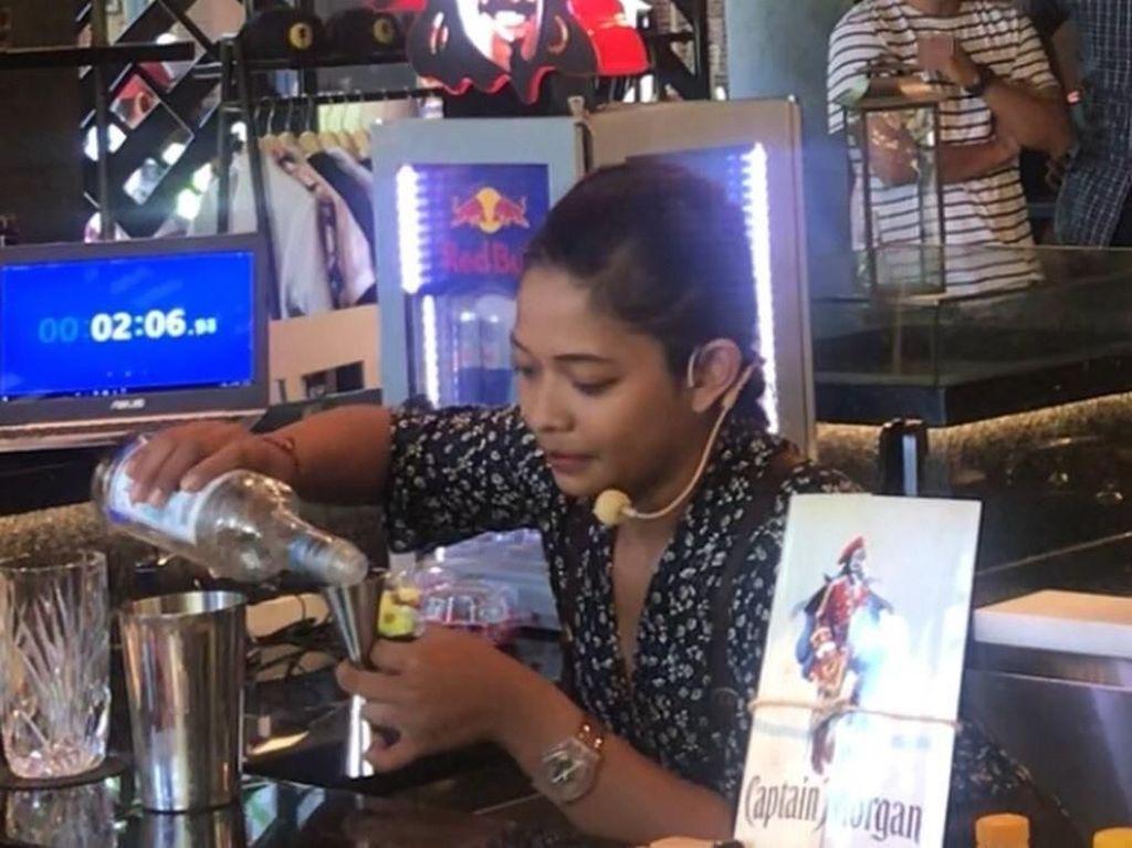 Cerita Kadek Ayu Soal Profesinya Sebagai Bartender Wanita