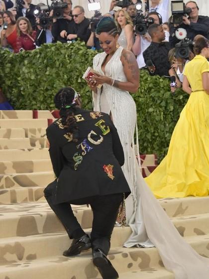 Super Romantis, Rapper Ini Lamar Kekasihnya di Karpet Merah Met Gala
