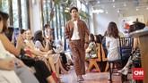 Ditujukan untuk menggapai generasi milenial yang kekinian, Didiet meluncurkan koleksi busananya itu di Hotel Monopoli, Jakarta pada Selasa (8/5). Dari sekitar 50 busana wanita dan pria yang dihadirkan, beberapa di antaranya memadukan tenun lurik (motif garis) dan tenun ikat. (CNNIndonesia/Adhi Wicaksono.)