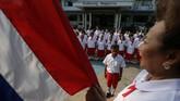 Para pelajar sekolah Lansia di Chiang Rak Noi, Ayutthaya, Thailand, menyanyikan lagu kebangsaan sebelum mengikuti kelas belajar. Biasanya para lansia hidup bersama anak-anak mereka, tapi daya tarik kota besar membuat lansia di pedesaan terancam kesepian. (REUTERS/Athit Perawongmetha)