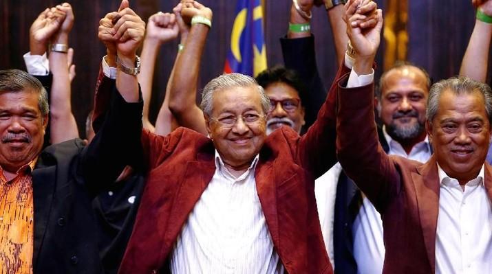 Mahathir Mohamad mengalahkan Najib Razak dalam Pemilu untuk memilih Perdana Menteri Malaysia.