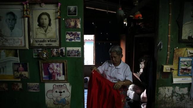 Poonsri Seangnual, 63, berdandan di rumahnya sebelum pergi ke sekolah Lansia di Chiang Rak Noi, Ayutthaya, Thailand. (REUTERS/Athit Perawongmetha)