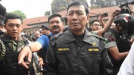 Pakai Jaket Bomber Hijau, Wiranto Tinggalkan RSPAD