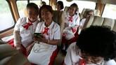 Para pelajar menggunakan bus sekolah menuju sekolah lansia di Chiang Rak Noi, Ayutthaya, Thailand. Sekolah adalah salah satu cara pemerintah Thailand bisa merawat kelompok lansia. (REUTERS/Athit Perawongmetha)