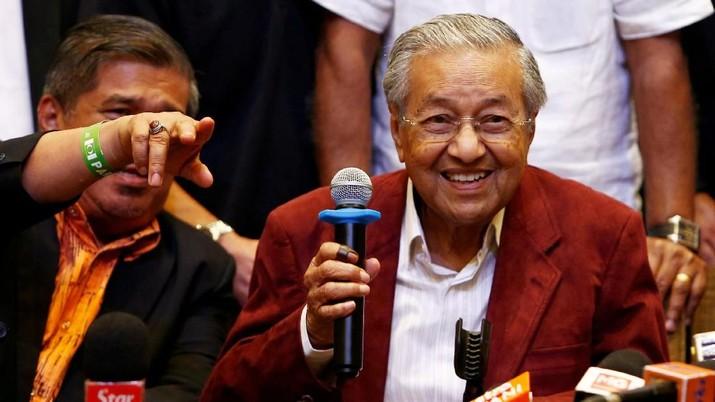 Pengumuman Mahathir hadir tak lama setelah Presiden Anwar Ibrahim mengaku telah dikhianati oleh rekan-rekan di koalisi Pakatan Harapan (PH).
