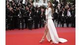 Di antara riuh para aktris dan model, Miss Universe 2016 asal Perancis, Iris Mittenaere juga tampak hadir dengan busana yang tak kalah menariknya. Gaun putih dengan belahan cukup tinggi hingga paha itu membuatnya tampak sensual di atas karpet merah. (REUTERS/Jean-Paul Pelissier)