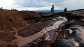 Air banjir meninggalkan ngarai coklat tua di tepi sebuah bukit di Kenya dan menyapu segala hal yang ada di depannya, termasuk tiang listrik, rumah dan bangunan seperti sekolah dasar. (REUTERS/Thomas Mukoya)