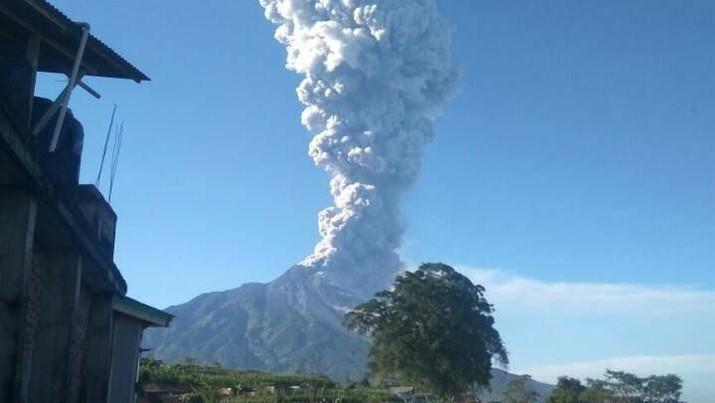 Gunung Merapi meletus pagi ini.