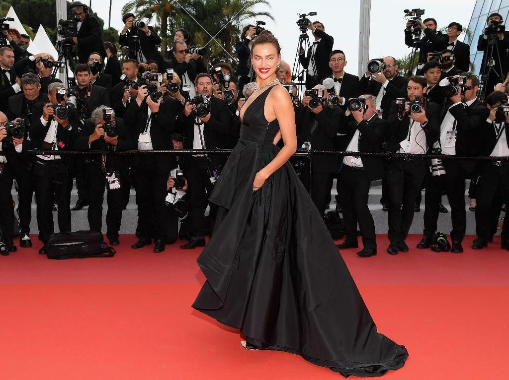 Penampilan Seksi Irina Shayk Pamer Paha Hingga Tulang Pelvis di Cannes