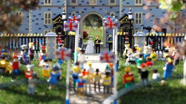Windsor Castle yang meriah karena pernikahan Harry dan Markle itu bahkan bukan komplek istana sungguhan. Itu hanya replika yang dibuat dari mainan bongkar pasang Lego. (REUTERS/Peter Nicholls)