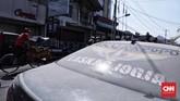 Debu yang tersisa di jalan Bhayangkara akibat hujan abu erupsi Gunung Merapi yang terjadi pagi tadi, Yogyakarta, Jumat (11/5). (CNN Indonesia/Hesti Rika)