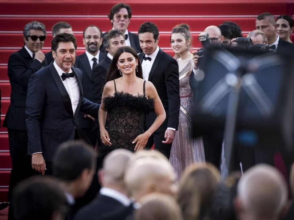 Pesona Penelope Cruz di Cannes yang Bikin Para Pria Terpana