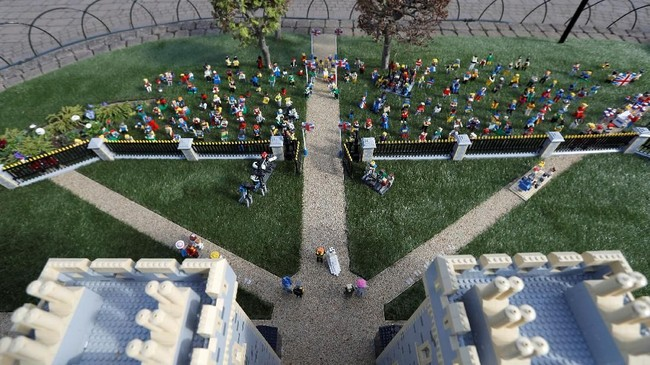 Satu set Lego itu rencananya akan menjadi pajangan permanen di Legoland, yang jaraknya hanya lima kilometer ke arah barat dari Windsor Castle. (REUTERS/Peter Nicholls)