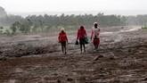 Sementara itu, jenazah dua korban perempuan ditemukan hingga beberapa kilometer dari lokasi.(REUTERS/Thomas Mukoya)