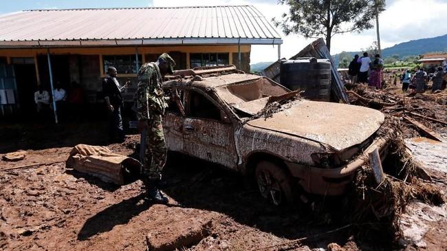 Insiden ini mengakibatkan dua desa tersapu air, dengan jumlah korban jiwa setidaknya 47 orang. (REUTERS/Thomas Mukoya)