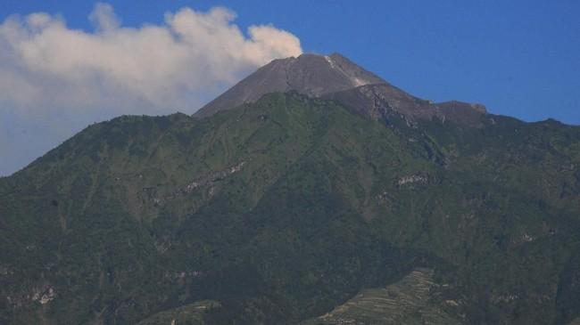 Foto Gunung Merapi yang mengeluarkan asap putih saat terjadi letusan freatik, terpantau dari kawasan Cepogo, Boyolali, Jawa Tengah, Jumat (11/5). (ANTARA FOTO/Aloysius Jarot Nugroho)