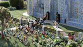 Disebut-sebut, hampir 60 ribu balok Lego yang digunakan untuk membangun replika Royal Wedding yang kemudian dipasang di taman bermain Legoland London, Inggris itu. (REUTERS/Peter Nicholls)