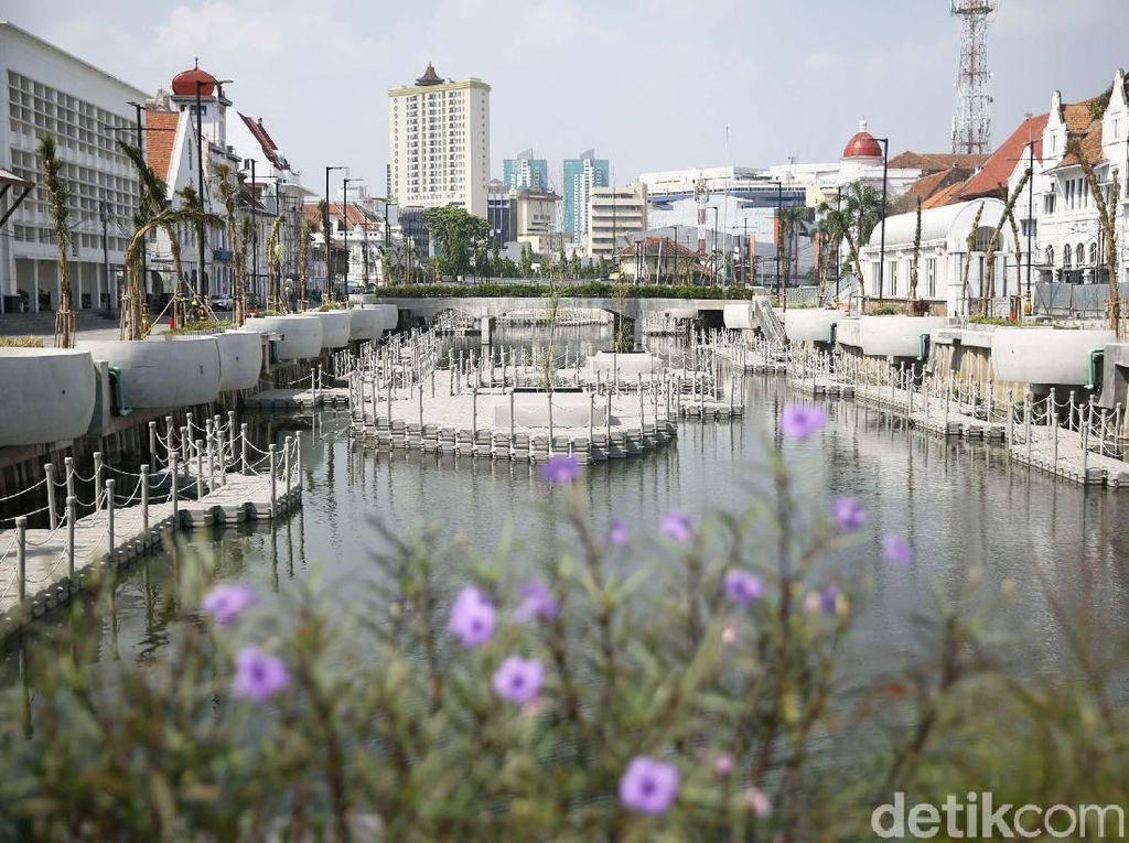 Proyek revitalisasi yang terinspirasi penataan Sungai Cheonggyecheon di Korea Selatan ini dilakukan guna mendorong kawasan Kota Tua sebagai destinasi wisata unggulan di Provinsi DKI Jakarta.