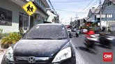 Hujan abu akibat erupsi Gunung Merapi sempat mengganggu aktivitas warga di Yogyakarta, Jumat(11/5). (CNN Indonesia/Hesti Rika)