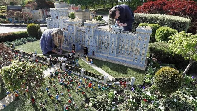 Ada pula Lego berbentuk orang tua Markle, yang memang diundang untuk mengantarkannya berjalan ke altar di mana Harry dan pendeta menunggunya pada Sabtu (19/5) nanti. (REUTERS/Peter Nicholls)