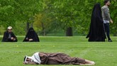 Orang-orang beristirahat di taman Hyde di London, Inggris. (REUTERS/Toby Melville)