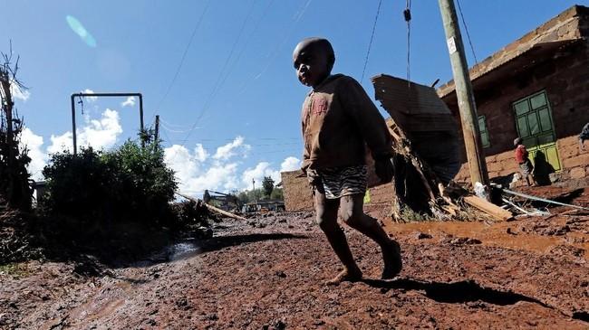 Saat ini, petugas penyelamat masih terus menggali reruntuhan dan lumpur untuk mencari korban yang selamat. (REUTERS/Thomas Mukoya)