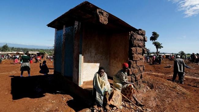 Dinding waduk yang berada di puncak bukit di Nakuru, 190 kilometer dari Nairobi, jebol pada Rabu, tepat pada jam makan malam. (REUTERS/Thomas Mukoya)