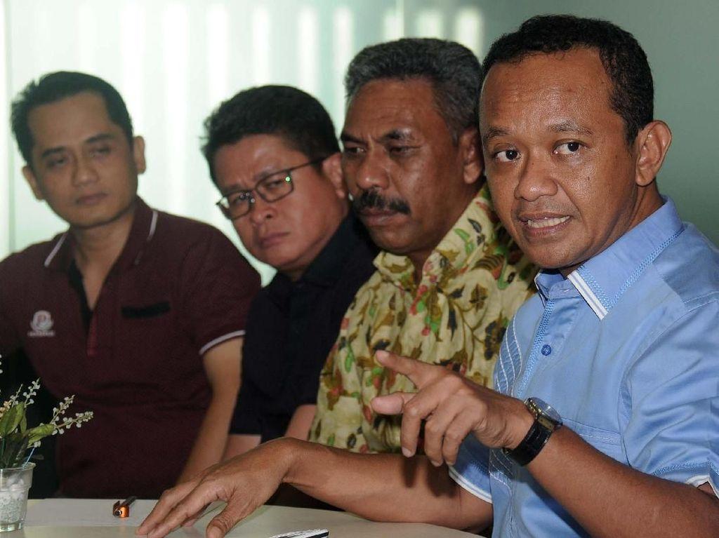 Ketua Umum Badan Pengurus Pusat (BPP) HIPMI Bahlil Lahadalia (dua kanan), Wasekjen BPP HIPMI Umar Lessy (tiga kanan), Wasekjen BPP HIPMI Harmen Saputra (kanan), Koordinator HIPMI Wilayah Sumatera Iwan Kamadi (kiri) dan Bendahara Umum BPP HIPMIP Denny Panjaitan memberikan keterangan kepada wartawan terkait peresmian peluncuran ritel modern Umat Mart (Ummart) di berbagai pesantren di Indonesia, Jakarta, Rabu (9/5). Pool/HIPMI.